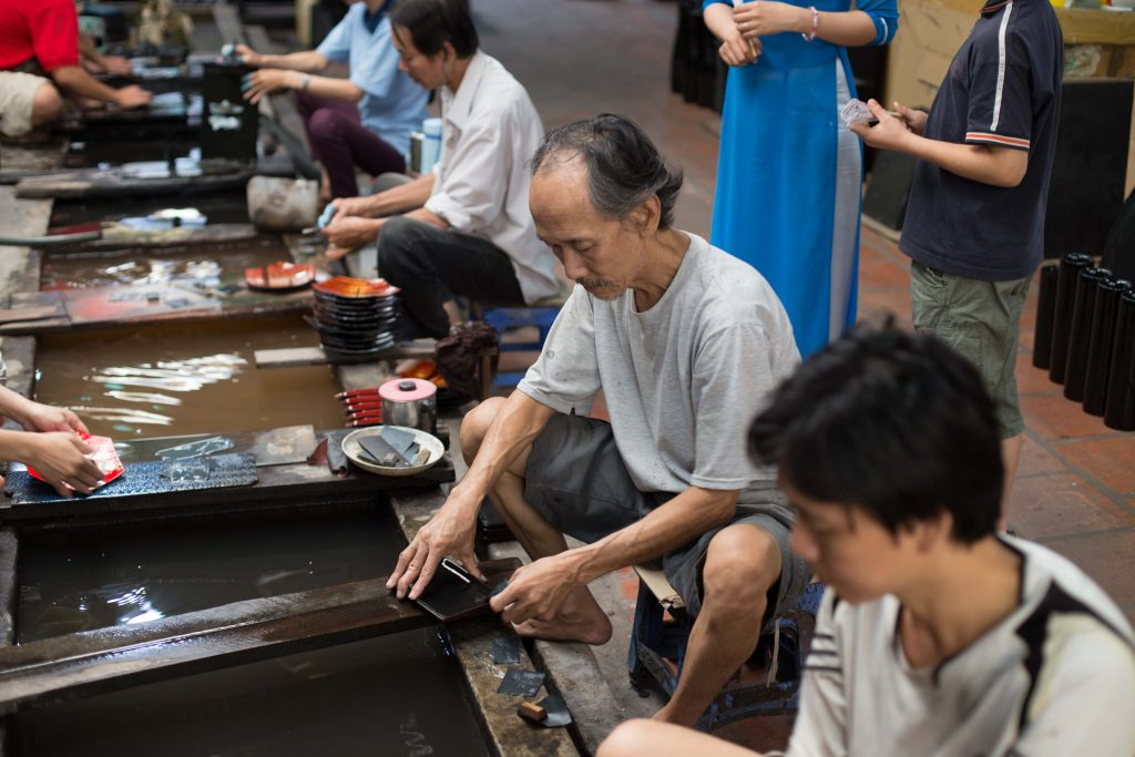 See how people do lacquer painting on a city tour