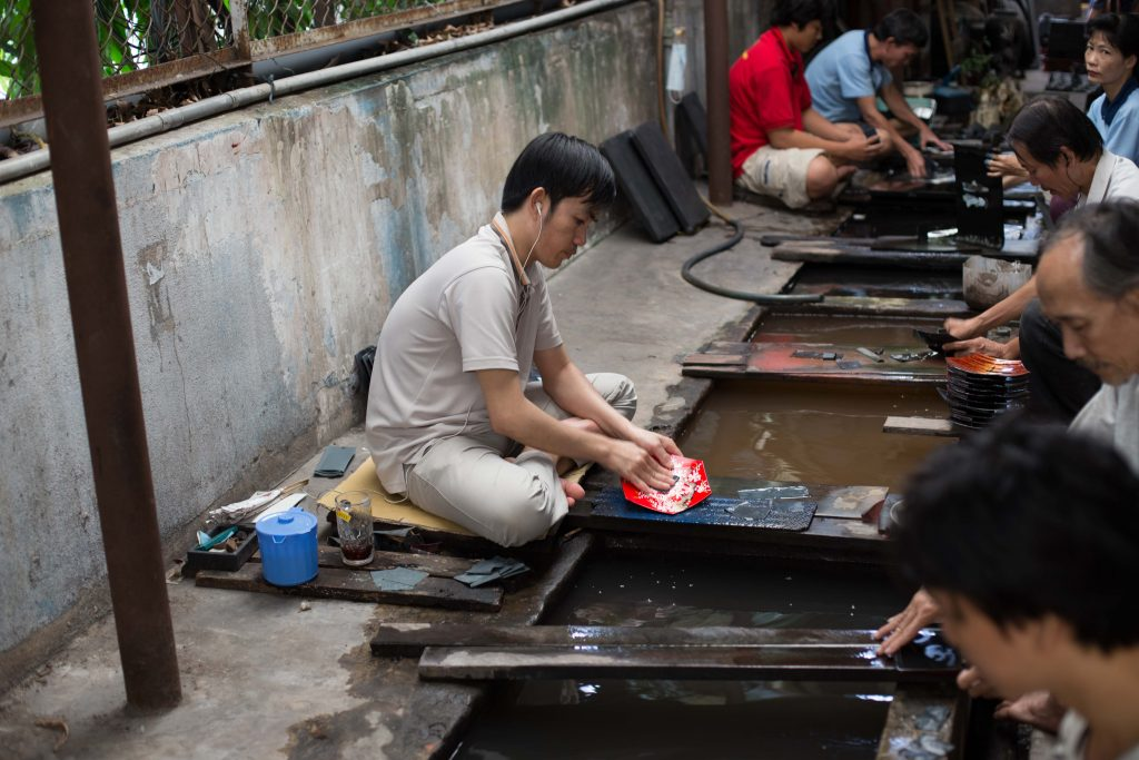 With the city tour, you are able to see how Vietnamese lacquer paintings are made with your own eyes